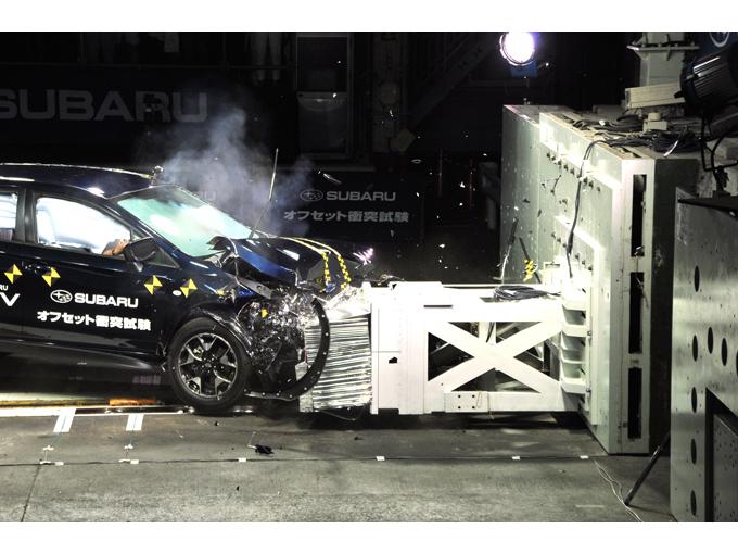 ▲こんなシーンをCMなどで見かけたことがないだろうか。これは、事故が起きた際の安全性をテストする「衝突試験」の様子。スバルは今回、このような試験の現場をメディア向けに公開した