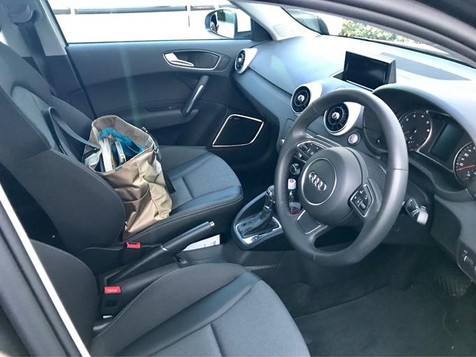 ▲車体はコンパクトだが、前席はそれほど狭さを感じない。コンパクトな分、細い道などでの取りまわしは良い