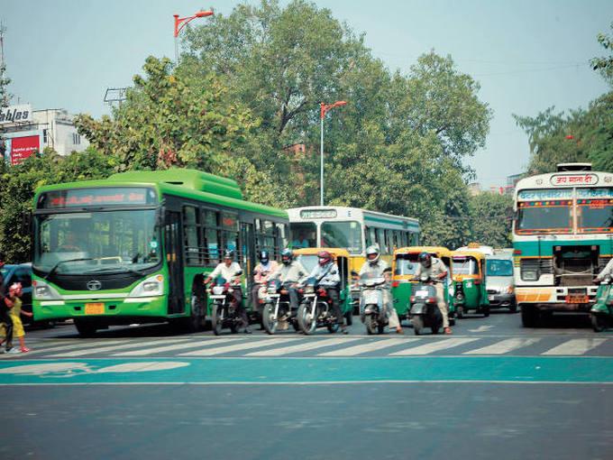 ▲モータリゼーションの急速な進化により、二輪車と四輪車が先を急ぐインドの街中