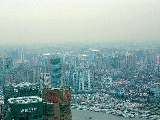 ▲晴れているにも関わらず、スモッグの影響で景色がかすんでしまう中国の都市圏。こちらも車の急激な増加が引き金となっている