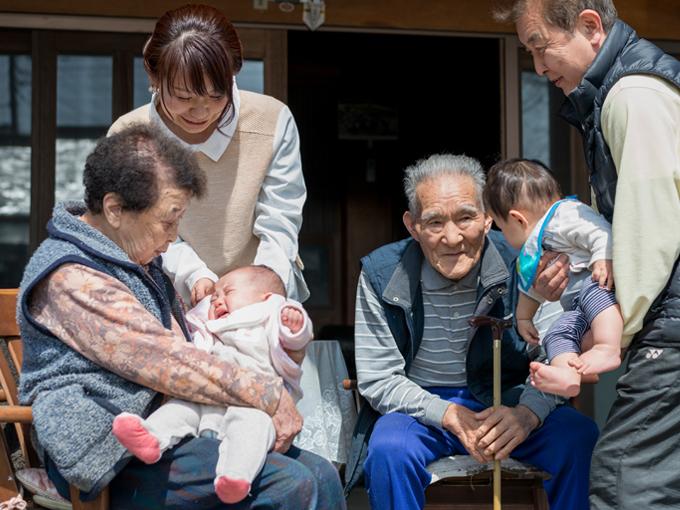 ▲娘さんにとっては、ひいおじいちゃん、ひいおばあちゃん。向かって右の赤ちゃんは、裕子さんのいとこのお子さんで、抱きかかえているのが叔父さん。少々複雑(?)ではあるが4世代が揃った