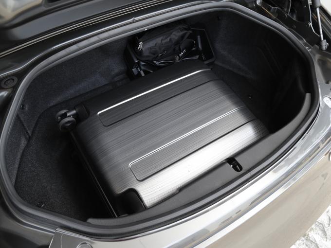 ▲ラゲージ容量はソフトトップが130Lなのに対し、RFもほとんど変わらぬ127L(機内持ち込みサイズのトランク2個収納)