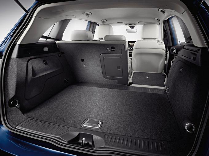 ▲リアシートは当然ながら分割可倒式で、荷室容量は486~1545L。いわゆるコンパクトカーに属する車種ゆえ広大というわけではないが、後席バックレストが比較的切り立っているため、荷室の使いでは十分以上だ