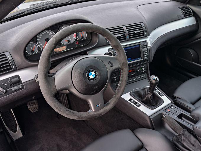 ▲こちらがマニュアル車の一例。片手で常に棒のようなもの(シフトレバー)を操作しつつ、左足で「クラッチ」も踏んだり離したりしなければなりません。……車好きはさておき、そうでない人間にとっては拷問といえるでしょう