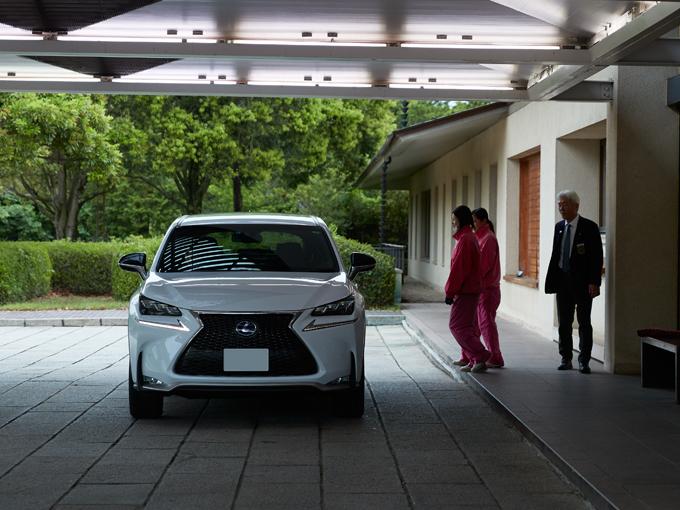 ▲高級車が並ぶゴルフ場でも見劣りしないNX。コンパクトなので、都心住まいでも選びやすいSUVだ