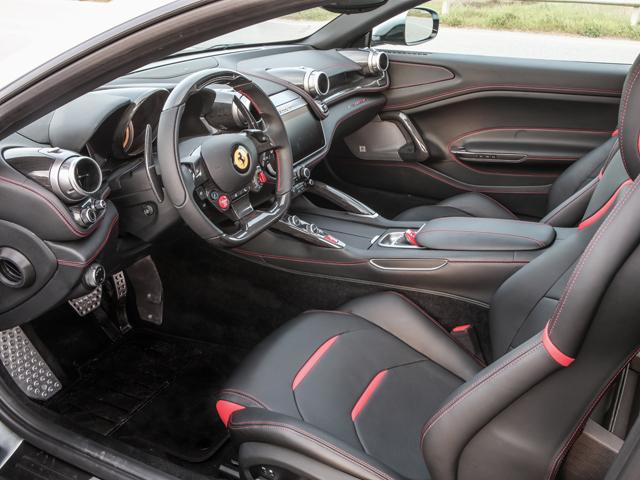 ▲左右対称のデュアルコックピットを採用、独立2座の後席は大人が座れる広さをもつ。ダッシュボードに内外装で唯一、車名が記され、この車がV8を積んだTであることを知らせる