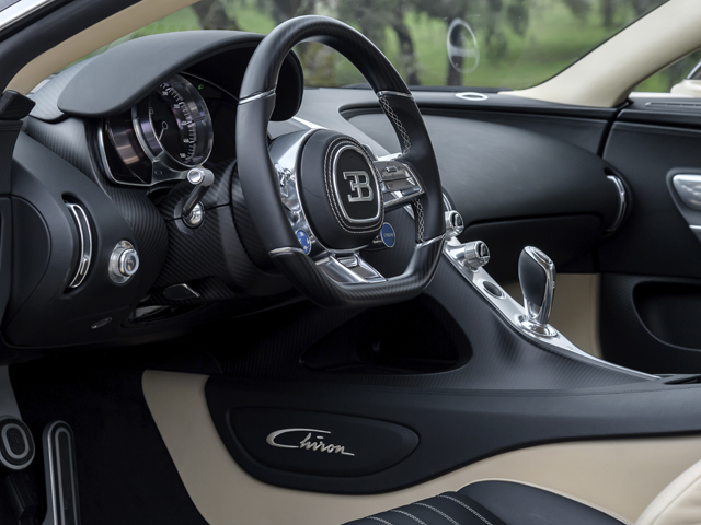 ▲ステアリングにはドライブプログラムモードやスタート/ストップなどのボタンを配置。運転席まわりはできるだけスイッチ類を減らした、シンプルなデザイン。スピードメーターは500km/hまで刻まれる