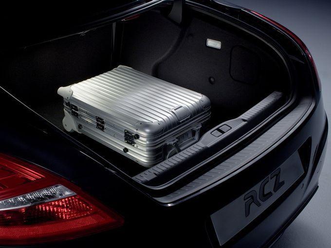 ▲キャビンフォワードなデザインであるため(キャビンが前寄りに置かれているため)、トランクの前後長は意外と長い。後席のシートバックを倒せばいわゆるトランクスルーになるため、長尺物も割と余裕で積載可能
