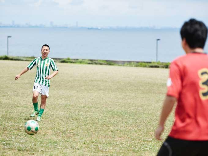 ▲幼い頃から続けてきたサッカーだけに、気持ちの良い場所でボールを蹴っているだけで子供心に戻り、楽しくなる