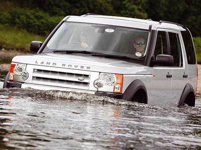 ▲こんな川も渡れるし、急な傾斜地やぬかるみだらけの泥地など道なき道を走るという言葉がピッタリな車です