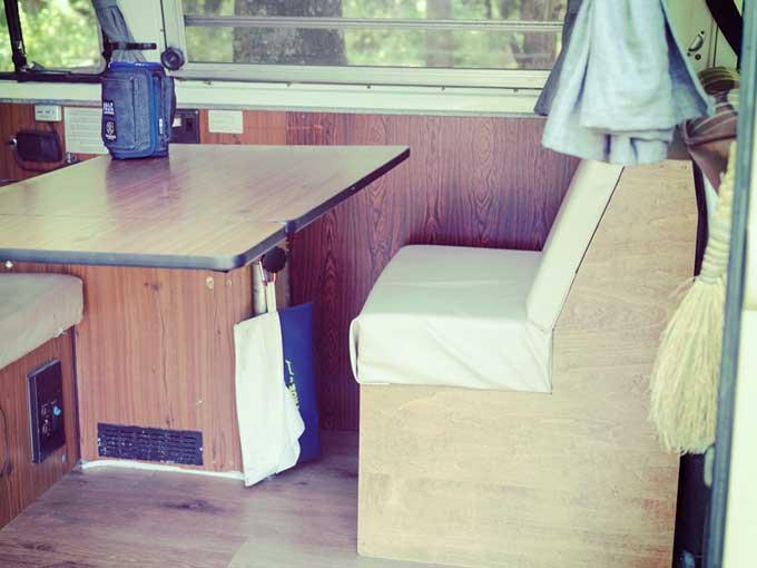 ▲白いビニールレザー張りの椅子は自作(製作途中)