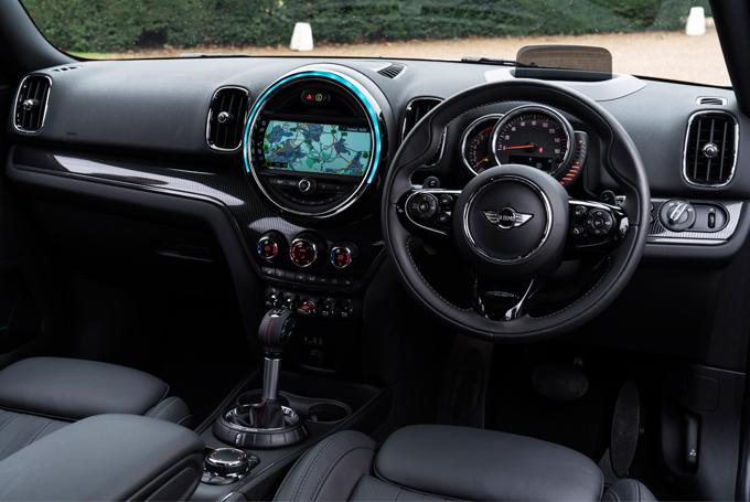 ▲運転席まわり。日が落ちて車内が暗くなると、バックライト付きダッシュボードが光る「イルミネーテッド・インテリア・スタイル」