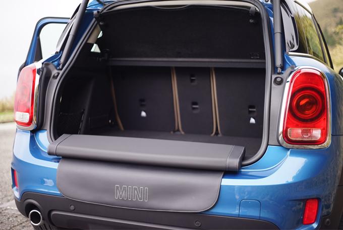 ▲ラゲージルームの容量はミニでは最大の450L。オプションの「MINIピクニックベンチ」を活用すれば、2人分のベンチとして使用することができる
