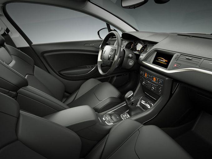 ▲写真はシトロエン C5セダンのインテリアだが、基本デザインはツアラーも同様。レザーを含む各部の質感やデザインは、400万円超級という(フランス車としては)立派なプライスにふさわしいものだ