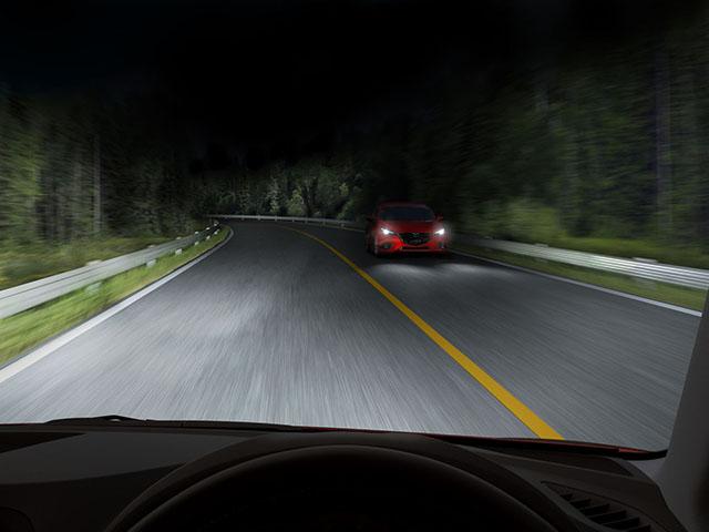 ▲2014年11月に発表されたマイナーチェンジで、写真のアダプティブ・LED・ヘッドライト(常時ハイビームだが対向車や先行車を感知するとその部分だけロービームになる)を採用