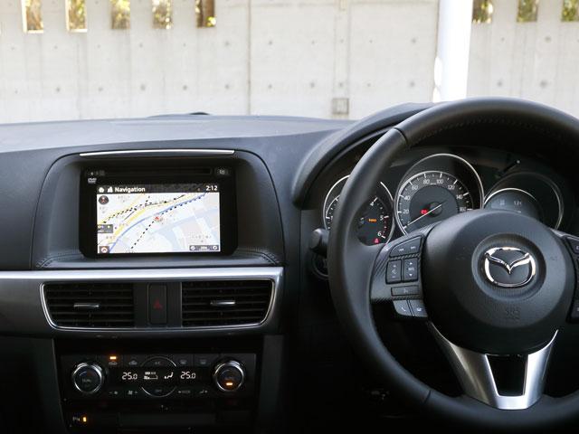 ▲スマートフォンと車載ディスプレイが連動してインターネットラジオやナビゲーションのサービスなどが受けられるマツダコネクトが全車に標準装備されています。ソフトウエアのアップデートが簡単です。これも2014年11月に発表されたマイナーチェンジで追加されました