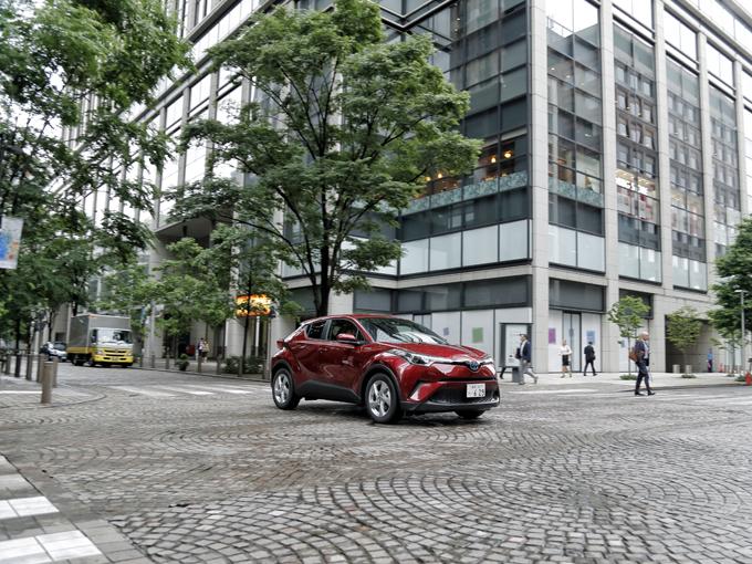 ▲昨年12月、トヨタが満を持して人気のコンパクトSUV市場に放ったモデルがC-HRだ。プリウスに続き、トヨタの次世代プラットフォーム「TNGA(トヨタ・ニュー・グローバル・アーキテクチャー)」を採用した。奇抜なスタイリングが特徴的。ガソリンモデルとハイブリッドモデルがあり、4WDはガソリンモデルのみ。SUV販売台数では5ヵ月連続で1位を獲得している(自販連調べ)