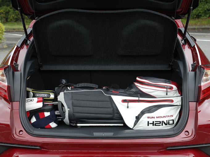 ▲ラゲージの左右にふた付きの小物入れありがあり、ふたを外すと左右幅を稼ぐことができる。ゴルフクラブなどの長尺物を入れる際に役立つ
