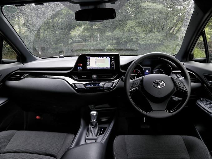 ▲プリウスと同じハイブリッドシステムを採用するが、ATセレクターは小さなレバータイプではなく、通常の車と同様の動きをするタイプ