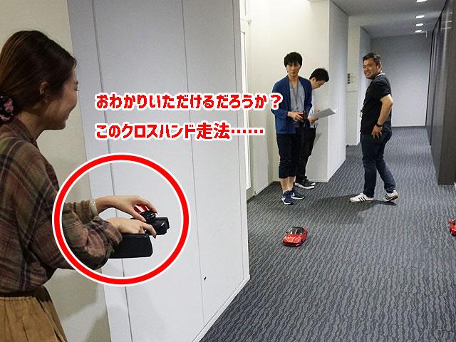 ▲オフィスの廊下で練習。コントローラーの持ち方(笑)