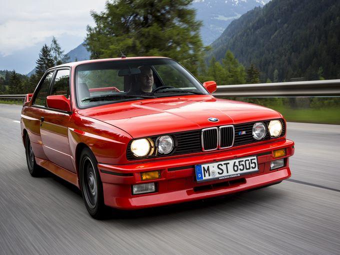 ▲写真はミニでも117クーペでもなく、80年代後半から90年代初頭にかけて世界中を席巻した初代BMW M3。現在中古車相場はかなり高騰しちゃってますが、例えばこんな感じの車を買えたらステキですよね