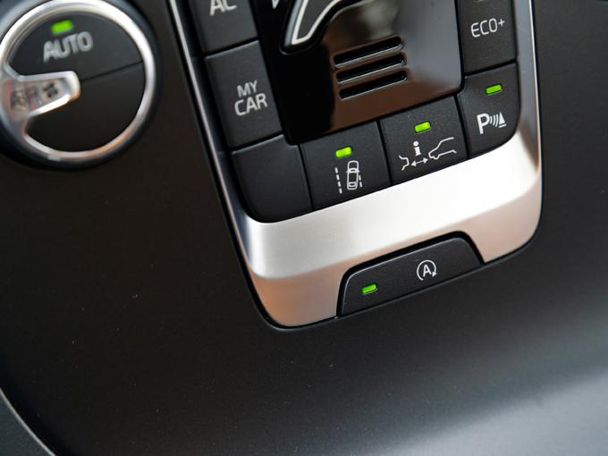 ▲今回の試乗車にはアイドリングストップをオン/オフするスイッチが新設されていた。エアコンを途切れさせたくないときにこれがあると便利