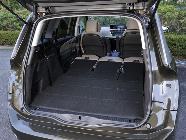 ▲写真はグランドC4ピカソです。座席がフラットに収まるので、普段はラゲージとして活用しやすいです