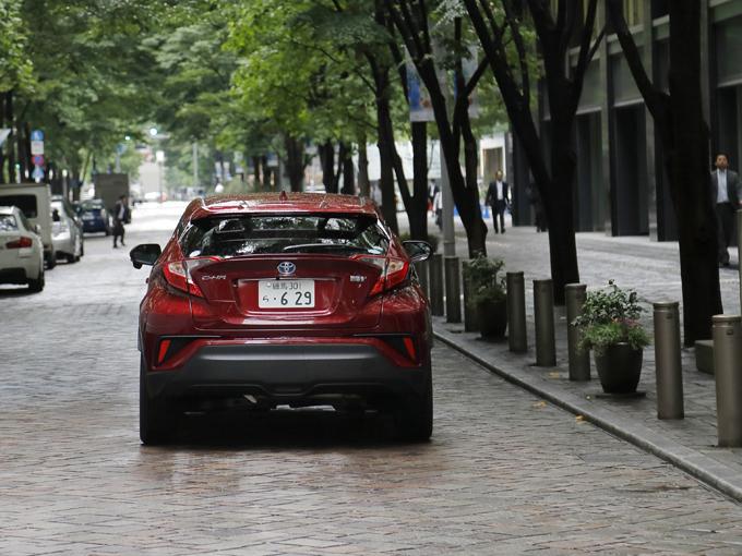 ▲後ろ姿もかっこいいC-HR。でも新車はちょっと……なんて人のために、本記事ではオススメの中古車をご紹介