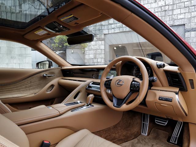 ▲運転席はドライブの高揚感を、助手席はおもてなしを演出する、独自のラグジュアリー性を表現したという。LFAの機構を受け継ぐ可動式メーターも備わった