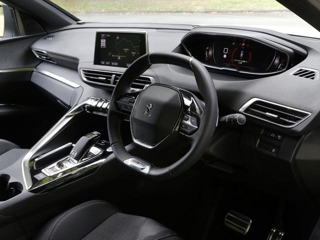 ▲他のプジョー最新モデル同様にi-Cockpitを採用する。小径ステアリングの上から見るポジションの、12.3インチディスプレイを用いたメーターパネルが特徴的。パフュームやアンビエントライトなども調整可能