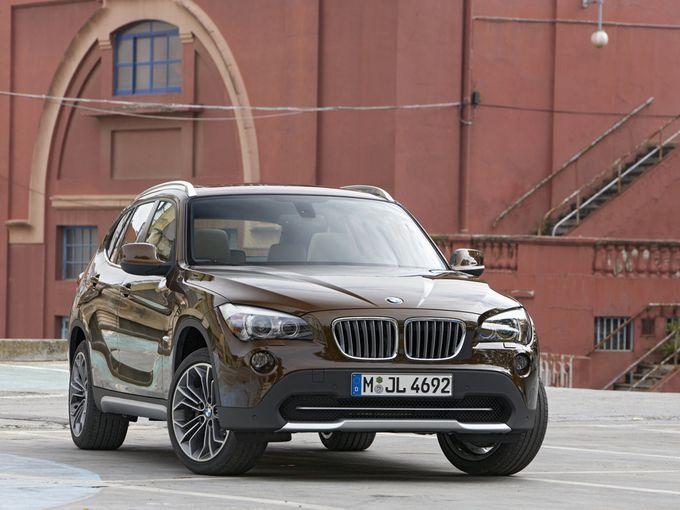 ▲新車時価格363万~559万円だった旧型BMW X1は今、まずまず好条件な中古車が車両100万円ちょいで狙える状況になっています。それって果たして買いなのかどうか? 検討してみましょう