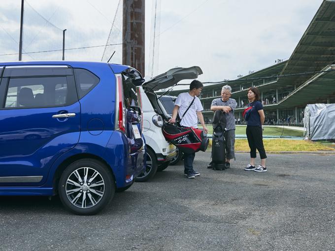 ▲愛車とともにゴルフ練習場へと足しげく通う平山さん(右)。7月にはコースデビューも果たし、ますますゴルフ熱を上げている