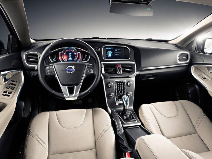 ▲いかにも北欧製らしいデザインがステキな現行V40の運転席まわり。写真は左ハンドルの本国仕様で、レザーシートやナビゲーションなどのオプション装着車