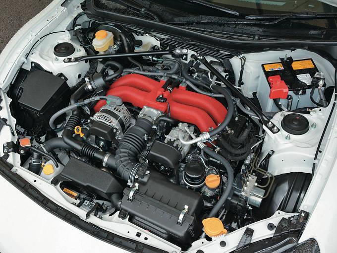 ▲BRZと86に搭載される2Lのボクサー4気筒エンジン。低重心にこだわった車体構造は、同車のウリのひとつに掲げられている。2016年の改良で、エンジン補強や最終減速比の変更が行われて、加速性能に磨きがかかった