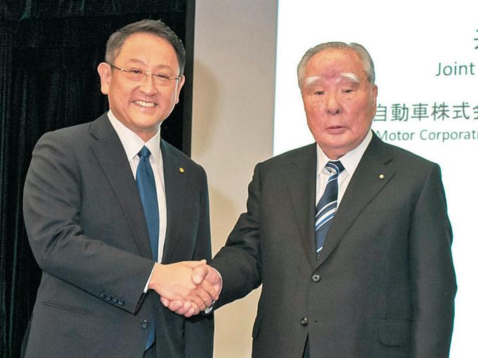 ▲2016年10月12日に行われた共同記者会見で、鈴木修会長は、独立企業としてのアイデンティティを保ちながらも、将来の生き残りをかけて、トヨタとの提携に興味をいだいた旨を説明した。