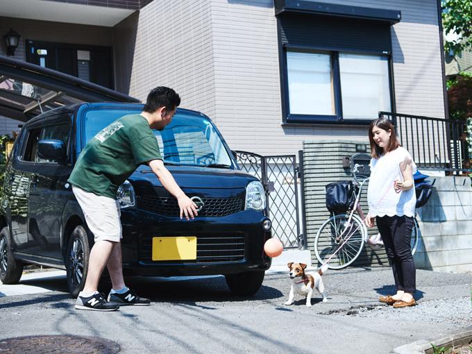 ▲住宅街の細い道でもスイスイ。小さなボディで取り回しの良いモコは、オーナーはもちろんペットからも愛されている