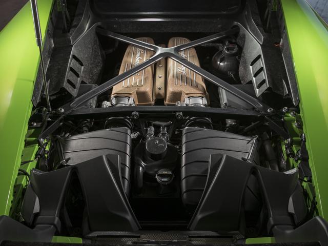 ▲V10エンジンは吸排気系の改良などにより、ベースモデルより最高出力が30psアップ。0→100km/h加速2.9秒、最高速325km/hとされた。ドライビングモードはストラーダ/スポーツ/コルサの3つから選択可能