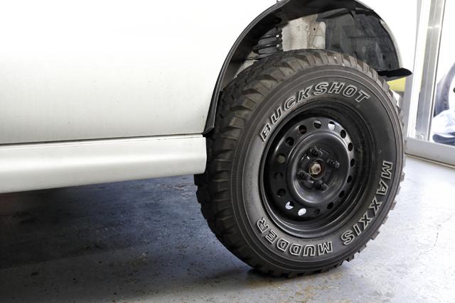 ▲荒れた道を走るため、タイヤはオフロード用でホイールは鉄。プロ仕様からは機能美が伝わってきます