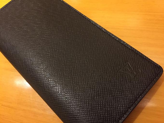▲これがルイ・ヴィトン「タイガ」の長財布。ルイ・ヴィトンのロゴがワンポイントで入ってはいますが、全体としては地味とも言える、細かな型押しが施されているシックなラインです