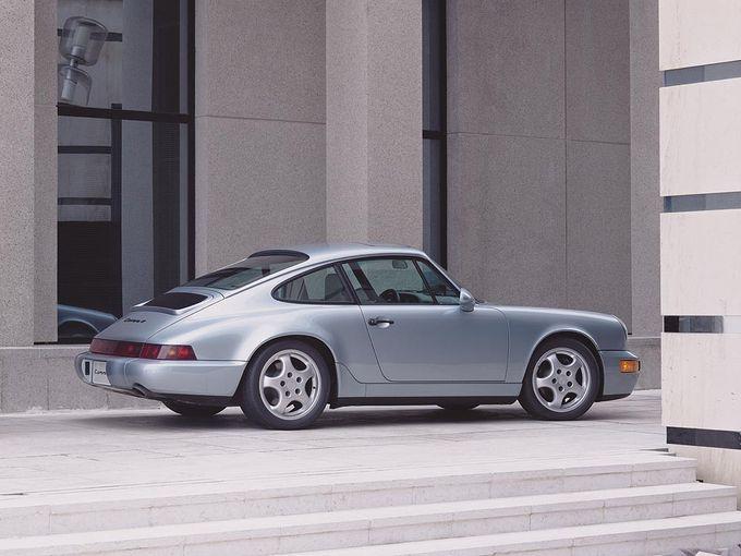▲「デッドストックの超高級古着」のような趣がある空冷世代のポルシェ 911、タイプ964。ここ数年は中古車相場が世界的に高騰し、総額700万円以上は当たり前の世界になってしまいましたが