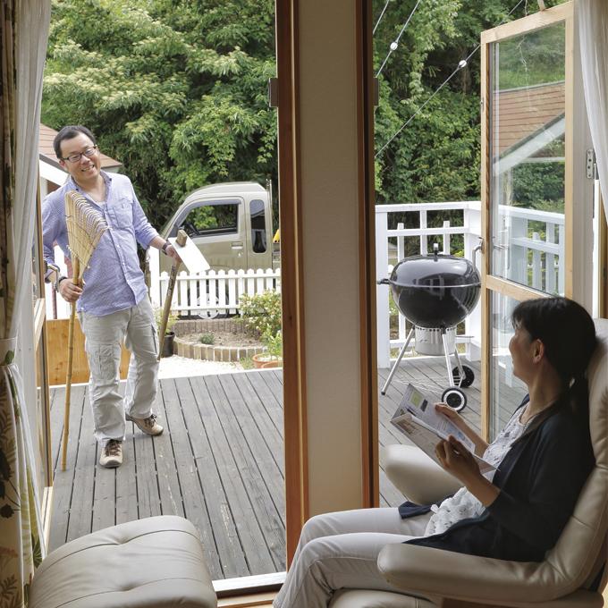 ▲大きな窓からは自慢の庭が見渡せる。来年はイチゴだらけの庭にしたいとのこと