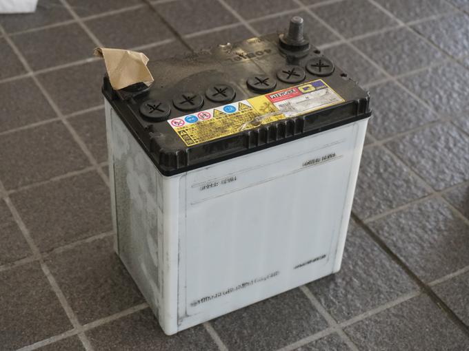 ▲劣化したバッテリー。見ただけでは判断が難しいのでプロに点検してもらおう