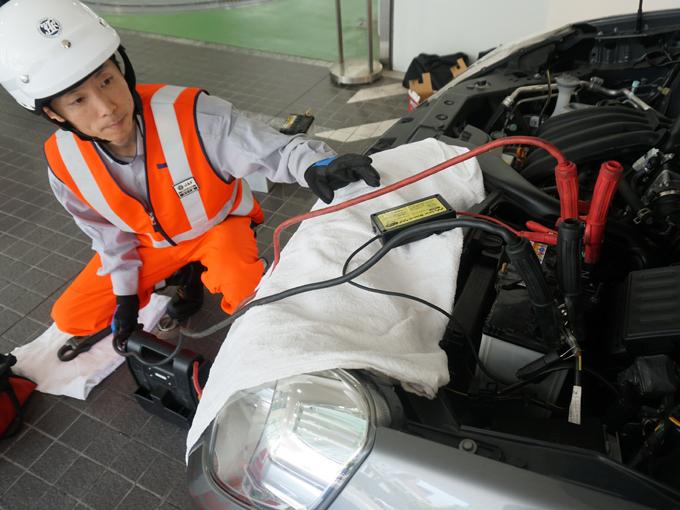▲専用の機械でバッテリーに電力を送り復活させる。作業自体は数分で終わる