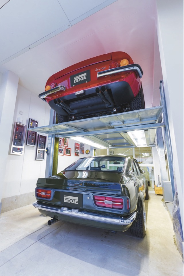 ▲リフトの採用で狭いスペースに2台格納でき、上階から愛車を眺めることも可能となった