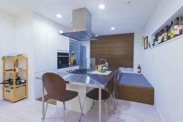▲キッチンは手料理がすぐに味わえるように対面式を選択。座る部分は畳の小上がりとした