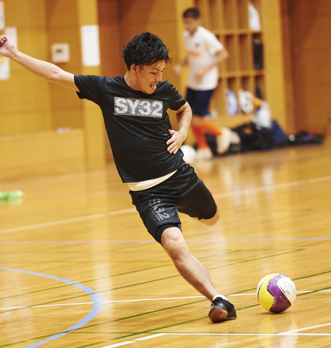 ▲拓実さんが代表を務めるフットサルチームの練習にお邪魔して、撮影させてもらった。ポジションは、左サイドバック