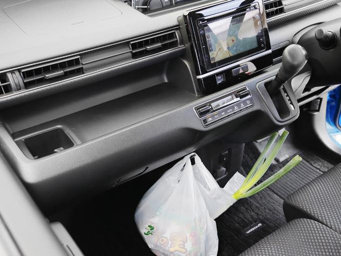 ▲買い物袋用フックは軽自動車には必須アイテム。ワゴンRのインテリアには袋から飛び出したネギもよく似合う!?
