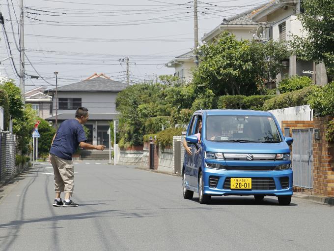 ▲日本の風景にしっくりと馴染むスズキ ワゴンR。家の近くを走っていると「おっ、新車買ったね」とご近所さんに話しかけられる……なんてシチュエーションも容易に想像できる