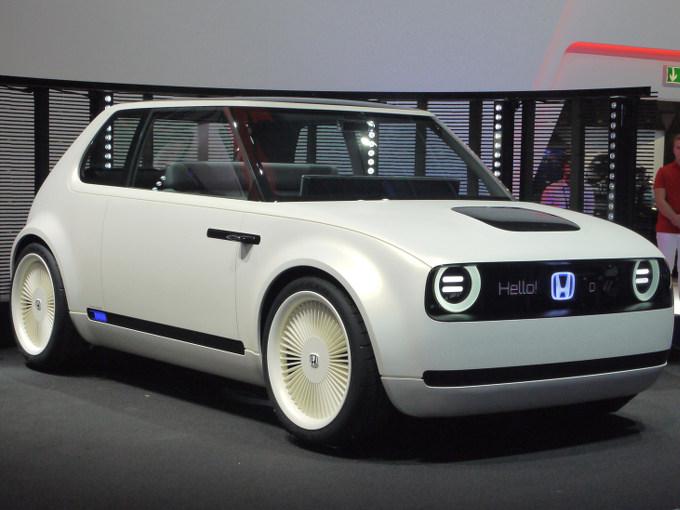 ▲ホンダは、将来の量産EVの技術とデザインの方向性を示すコンセプトカー、アーバンEVコンセプトを発表。将来のという割には、過去のホンダ車の愛くるしいスタイリングが感じられるデザインに仕立てられていた