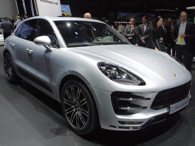 ▲ポルシェは8月に発表したカイエンのフラッグシップモデルとなるカイエンターボを、実質的なお披露目の場であるフランクフルトモーターショーに投入。Vバンク内にターボを収める、新世代の4L V8ツインターボにより最速SUVを目指す